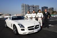 右から、「AMG Driving Academy」チーフインストラクターのレンガーさんと今回のイベントのインストラクターの中谷明彦さん、桂伸一さん、瀬在仁志さん。