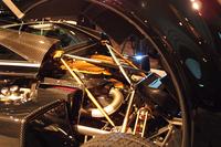 AMGが手掛ける6リッターV12ツインターボ。「ターボラグがほとんどないのが特徴。それは、軽量なこのクルマにとって重要な要素だ」とはパガーニ氏の弁。