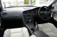 今回のテスト車には、メーカーオプションたる「助手席エアバッグ(1.0万円)」に加え、ディーラーオプションとして「ダッシュボードカップホルダー(0.95万円)」「センタースピーカー(1.95万円)」「ラゲッジカバー(3.95万円)」を装着していた。