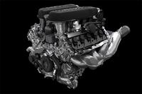 5.2リッターV10自然吸気ユニットは610ps(449kW)/8250rpmと57.1kgm(560Nm)/6500rpmを発生。直噴とポート噴射を併用する機構(イニエツィオーネ・ディレッタ・ストラティフィカータ<IDS>と呼ばれる)が備わる。欧州複合モード燃費は12.5リッター/100km(8km/リッターに相当)。