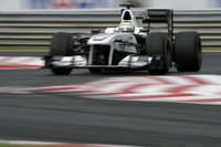 ザウバーは、チーム300戦目の記念すべきGPでダブル入賞。ペドロ・デ・ラ・ロサ(写真)は、2006年にここハンガリーで記録した自身唯一のポイント獲得から4年で2度目の得点に成功、7位でフィニッシュした。小林可夢偉は予選でピットレーン信号無視をしでかし5グリッド降格、23位とテールエンダーとしてスタート。レースでは抜きにくいサーキットで健闘し、なんと9位でゴール、今年4回目の入賞を果たした。(写真=Sauber)