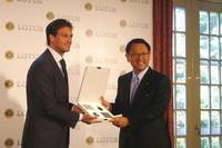 トヨタ自動車の豊田章男社長(写真右)は、「エリーゼR」のキーを受け取り満面の笑みを浮かべた。