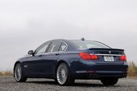 専用デザインの前後バンパーなどでBMWとの差別化が図られるエクステリア。特に目を引く「アルピナ・クラシックホイール」のサイズは21インチ。ベースとなる「BMW 750i」(18インチ)に比べて、3インチも大きい。