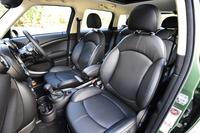 「クーパーSD クロスオーバー」ではスポーツシートが標準。試乗車にはレザーの「グラビティ」シートが装着されていた。