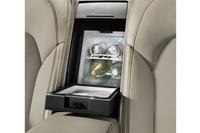 「A8 Lショーファースペシャルエディション」にはクーラーボックスやバーコンパートメントなどが装備される。