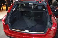 荷室容量は旧型比20リッター増の470リッター(VDA方式)へ。「リバーシブルラゲッジルームマット」(写真中では、意図的に折り返してある)が標準で装備される。