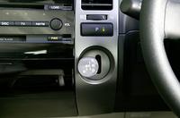 エレクトロシフトマチックは、シフト操作後、手を離すと自動的にホームポジションに戻る。その上にあるのがパーキングポジションスイッチ。