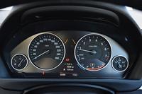テスト車にはオプションの「レーン・チェンジ・ウォーニング」(7万5000円)、「アクティブ・クルーズ・コントロール」(9万5000円)が装着されていた。