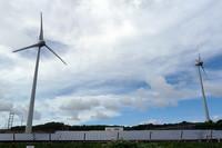 沖縄電力の太陽電池と風力発電の実験施設。宮古島では2003年に台風で風力発電機が倒壊するという惨事に見舞われたが、現在では再建されて電力供給を行っている。