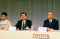 記者団の質問に答える(写真左から)小林可夢偉、山科忠TMG会長、渡辺捷昭トヨタ自動車社長。