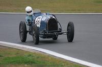 クラス1でブッちぎりの速さを見せた1933年「ブガッティT51」。フランスからのエントリーで、若いドライバーによれば「祖父が買ったクルマ」とか。レストアされておらず、年輪を重ねた本物だけが持つオーラを放っていた。総合結果はクラス3位。