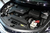 QR25DE型2.5リッター直4エンジンは173ps/6000rpmと23.9kgm/4000rpmを発生する。