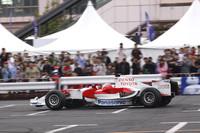 「トヨタF1」を駆ったのは、リザーブドライバーである小林可夢偉。日本グランプリの予選で負傷したレギュラードライバーのティモ・グロックに代わってブラジルGPに出走することが、このイベント会場でアナウンスされた。
