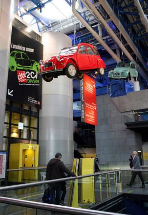 実車が宙吊り(!)になっている「2CV EXPO SHOW」会場入り口。