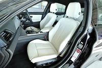 電動調節式のサイドサポートを持つ、「435iグランクーペ」のスポーツシート。表皮には、高級なダコタレザーがおごられる。