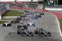 ポールシッターのロズベルグ(先頭右側)はスタートで加速が鈍く、2番手のルイス・ハミルトン(その左)に一瞬並ばれた。不利なアウト側にいたハミルトンはコースから押し出される格好となり、ベッテルに2位の座を奪われた。(Photo=Mercedes)