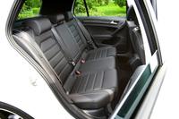 シート表皮には前後席ともにレザーが採用される。