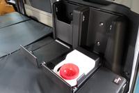 荷室に設けられた、犬用のビルトインウオーターサーバーとダストボックス。
