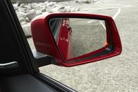 オプション「レーダーセーフティパッケージ」を選択したテスト車には、死角に入っている他車両の存在をドアミラー上の警告ランプ(写真)で知らせる、「ブラインドスポットアシスト」が備わる。
