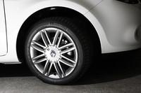 新デザインの16インチダークメタルアロイホイール。タイヤサイズは195/50R16。