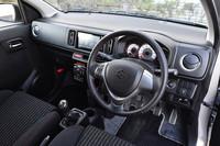 「アルト ワークス」のインストゥルメントパネルまわり。シフトノブ(5段AGS車ではシフトセレクター)の位置は、5段MT車(写真)はフロアシフト、5段AGS車はインパネシフトとなる。