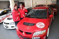 ドライビングスクール「イベント・ゼーリスベルク」を主宰するハンス・ショーリさんと、息子のイヴさん。インストラクション用車両の「三菱ランサーエボリューション」は5台を所有。
