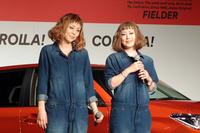 当日は、「カローラフィールダー」のCMソングを歌う3組のアーティストが登壇。写真はPUFFYの2人。