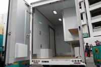 地上高440mmという床の低さが特徴の荷室。右側に大きく張り出しているのは、「クール宅急便」に使う冷蔵室と冷凍室、ドライ室だ。