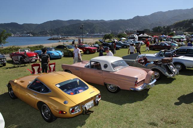 青い空と海、緑の芝の上に色とりどりの旧車。このイベント最大の魅力がこのロケーションである。