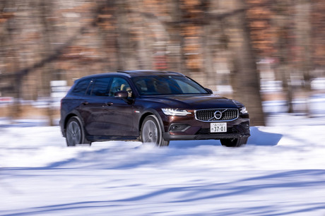ボルボ伝統のワゴンボディーに悪路走破性能をプラスした「V60クロスカントリー」を、北海道の雪道と雪上特...