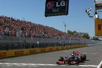 タイヤ交換を2回にするか、一度で済ませるか。優勝争いを繰り広げたトップ3人のうち、2ストップを選択したハミルトンは、レース終盤に1ストップを選んだアロンソ、ベッテルを次々と追い抜きトップでチェッカードフラッグを受けた。ハミルトンにとっては昨年第18戦アブダビGP以来となる勝利。(Photo=McLaren)