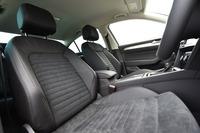 シートは、レザーとアルカンターラからなるコンビタイプ。前席にはシートヒーターも備わる。