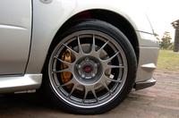 ブレーキローターの熱変形を抑えるため、アウターベンチ式ローターを開発。制動力やコントロール性は、これまでと同様に高い。タイヤは排水性を考慮して、トレッド中央に従来にはない溝を掘った専用品。こちらも、ピレリの商品ラインナップに加わるとか。