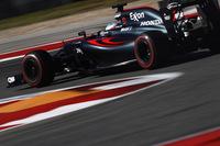 日本GPで16位と18位に終わり「完敗」したマクラーレン。2週間後のアメリカでは、フリー走行でトップ10に入るまずまずの滑り出しを見せた。予選ではトラフィックに引っかかったジェンソン・バトンがQ1敗退の19位、フェルナンド・アロンソ(写真)はQ2に進出するも12位と定位置にとどまったものの、レースでは得意のスタートでアロンソ9位、バトンは11位に一気にジャンプアップ。バトンも程なくして10位に上がり、2台そろってポイント圏内で戦った。終盤フェリッペ・マッサ、カルロス・サインツJr.を仕留めたアロンソは5位フィニッシュ、バトンは10もポジションを上げ9位とダブル入賞。鈴鹿での苦い思い出を払拭(ふっしょく)した。(Photo=McLaren)