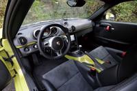 レーシーな雰囲気をかもし出す運転席まわり。軽量化を図るべく、ドアの開閉レバーはプルタブに変更されている。12kgの軽量化と引き換えにエアコンは省略。オプション扱いとなる。