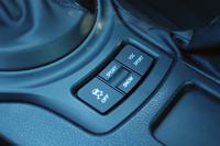 シフトレバーのかたわらには、走行モードの選択スイッチが備わる。