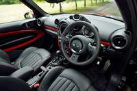 インテリア。テスト車のATモデルに加え、アイドリングストップ機能付きのMTモデルもラインナップする。