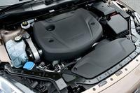 2015年7月23日、「ボルボV40」のラインナップに追加された、クリーンディーゼルモデル「V40 D4 SE」。そのエンジン(写真)は、衝突時の歩行者保護のためにソフトなエンジンカバーで覆われている。