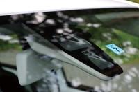 安全性能も「up!」のセリングポイントのひとつ。写真はフロントウィンドウ上部に備わるレーザーセンサーで、これにより30km/h以下で走行中に前方の障害物を検知、衝突時の被害を軽減する(シティエマージェンシーブレーキ)。