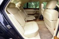 標準では3座だが、写真のように2座シングルシートも選択できる。この場合、ドアを開くと自動的に座面が100mm後退する「イージーエントリーシステム」が装備される。