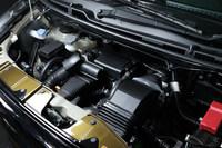 660ccのターボエンジンとマイルドハイブリッド機構が組み合わされたパワープラント。燃費はJC08モード計測で28.4km/リッターとされている。