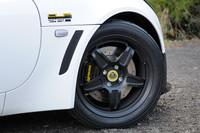 軽さ自慢の鍛造アルミホイールは、前16インチ、後17インチの異径となる。その内側に見えるブレーキディスクの径は、前308mm、後288mm。APレーシング製のブレーキキャリパーと強化ブレーキパッドが組み合わされる。