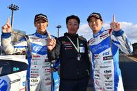 勝利をよろこぶKONDO RACINGの3人。写真左から、柳田真孝、近藤真彦監督、そして佐々木大樹。