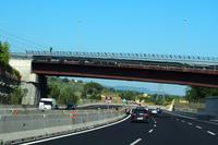 フィレンツェにて。アウトストラーダA1号線の3車線化工事を機会に完成した陸橋は、さびている。
