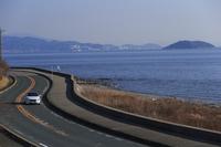 三河湾を臨む海沿いの道を行く、「ボルボV40 T4 SE」。