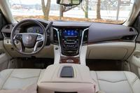 新型「エスカレード」のインテリア。インパネの中央には、現代のキャデラック車に共通する、インフォテインメントシステム「CUE」のディスプレイや、タッチ式の空調操作パネルなどが備わる。