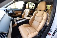 完全新設計された新型「XC90」のシート。テスト車「T6 AWD インスクリプション」のものは、表皮に上質なパーフォレーテッドファインナッパレザーがおごられており、マッサージ機能も備わっていた。