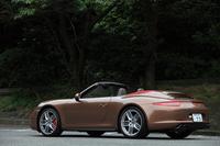 「911」のRRモデルと比べて、ホイールハウスが左右それぞれ22mm拡大されているほか、リアタイヤのサイズも10mmずつワイドになっている。