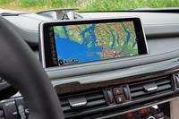 カーナビなどの機能を有する10.2インチ高解像度ワイドコントロールディスプレイ。