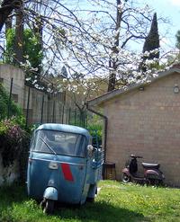 庭に佇む趣き溢れる「アペ」。シエナ郊外にて。